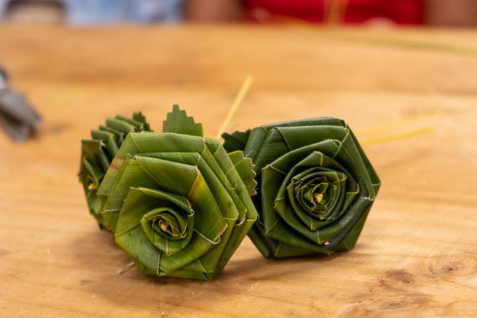 Atelier artisanal : des bouquets de fleurs en feuille coco fabriqués à Grande Fontaine
